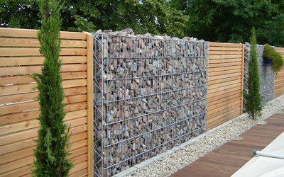 Muro de arrimo de gabião para contenção de talude acentuado