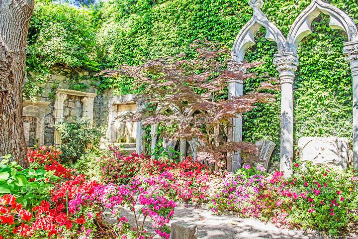 Típico jardim espanhol, na Riviera Francesa, com elementos arquitetônicos que remetem ao domínio mouro