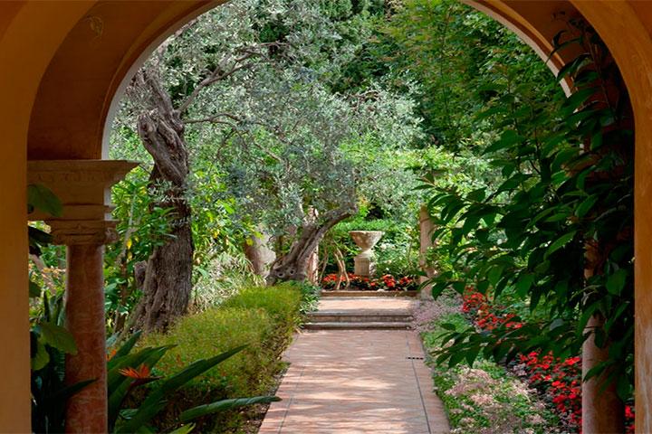 Fontes, encaminhamentos e vegetação farta são frequentes em jardins do tipo espanhol.