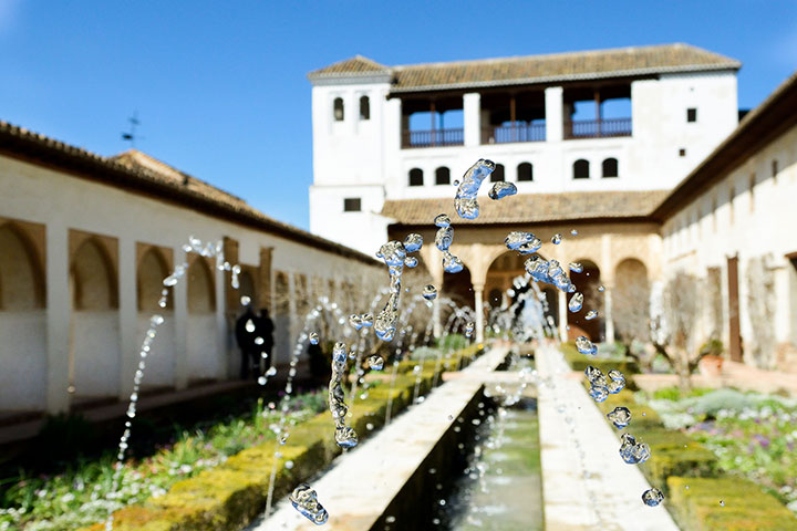 Jardim espanhol em que a abundância da água ajuda a amenizar o clima árido