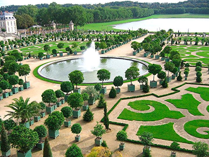 Grandes eixos e desenhos no paisagismo são características recorrentes no paisagismo francês