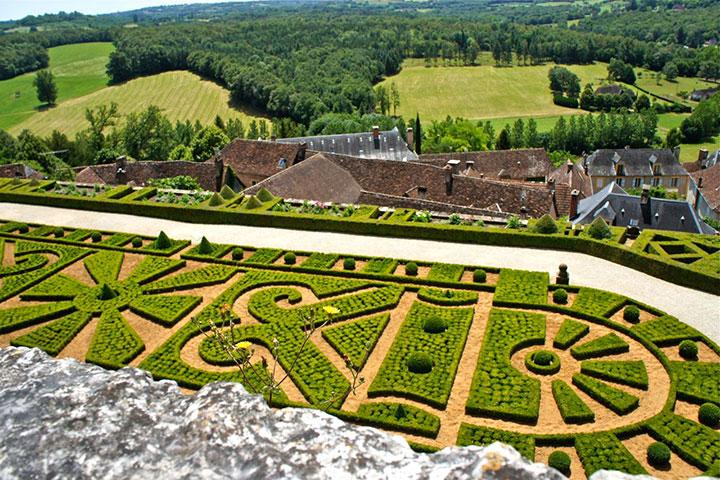 Jardim típico francês em cidade do interior da França