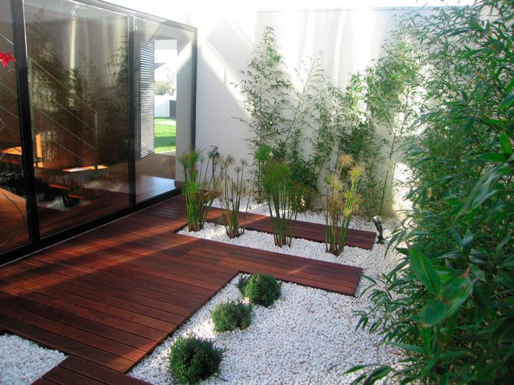Jardim de inverno com pedras brancas e bambu-mossô