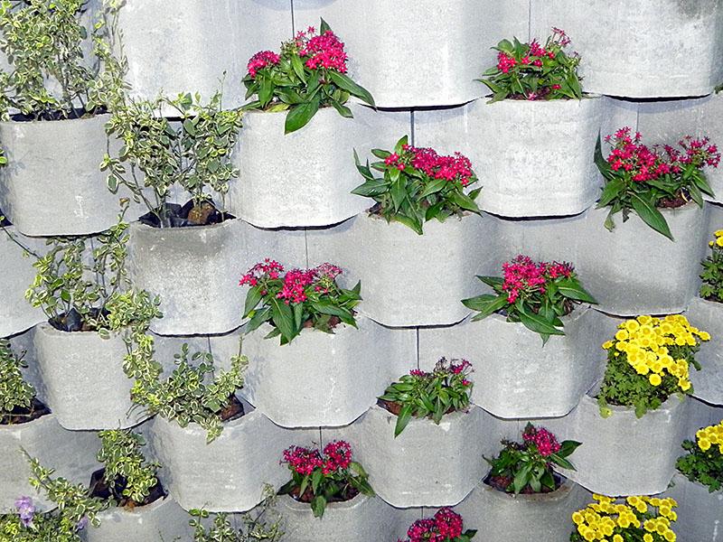 jardim vertical feito com peças de concreto pré-moldado