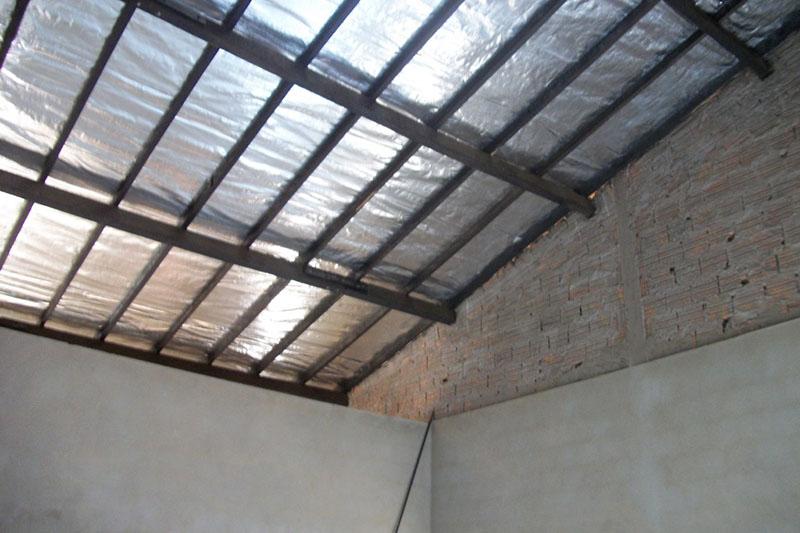 Manta térmica instalada sob telhado residencial