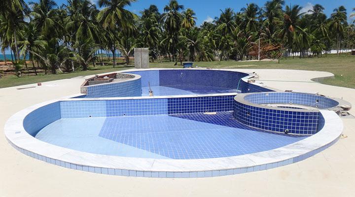 Piscina com revestimento de azulejos azuis no Nordeste brasileiro