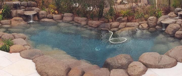 revestimento de piscina de pedras brutas