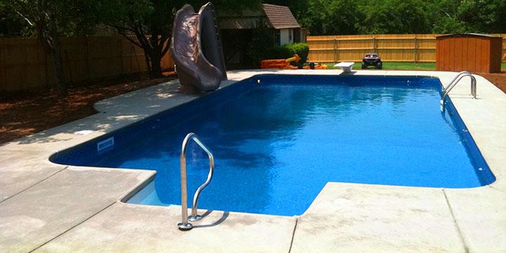 Revestimento de piscina de vinil em piscina feita em concreto