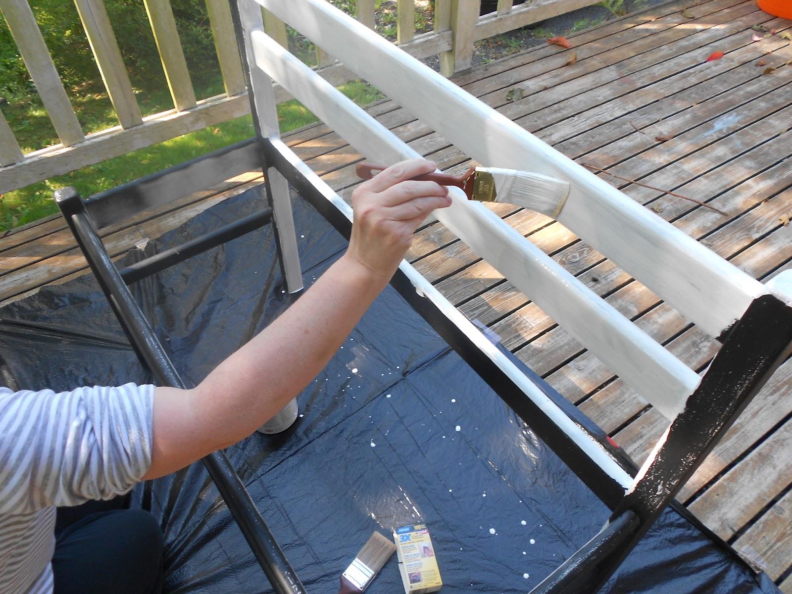banco de madeira com assento de vidro, passando por processo de manutenção