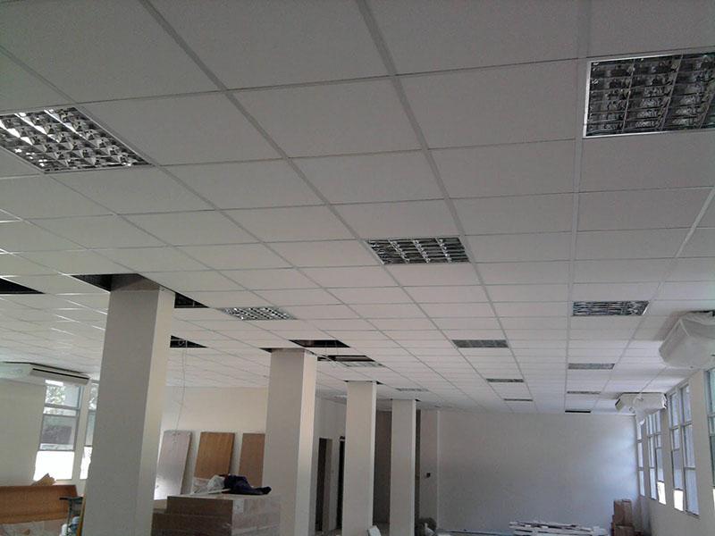 Forro mineral com entradas de ventilação instalado em edifício comercial
