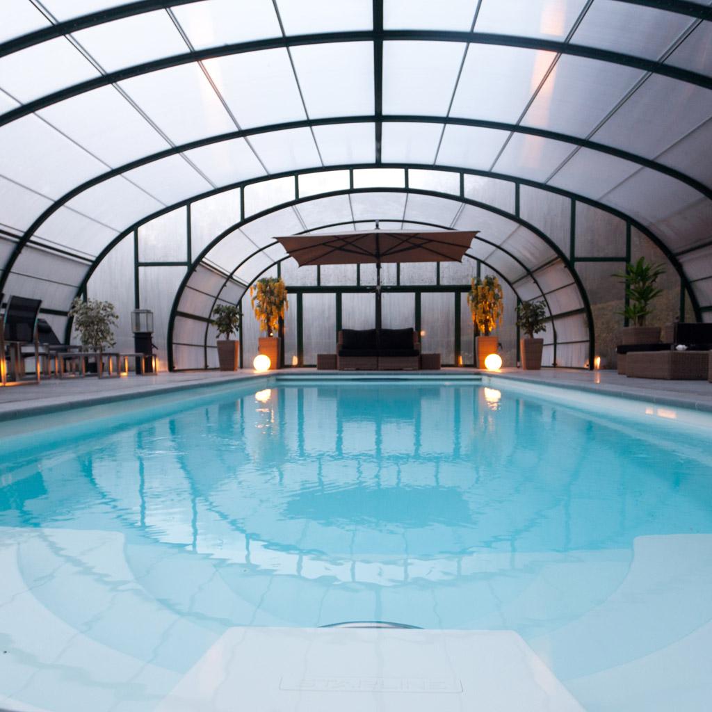 telhado arqueado sobre área de piscina