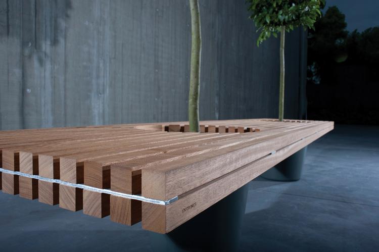 banco de madeira com folhagem, apoiado nos vasos de plantas