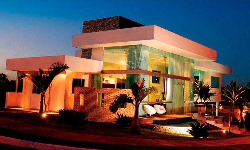 Modelo de casa com telhado embutido com beiral