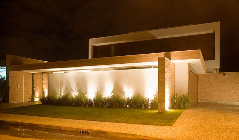Casa moderna com telhado embutido e formato geométrico