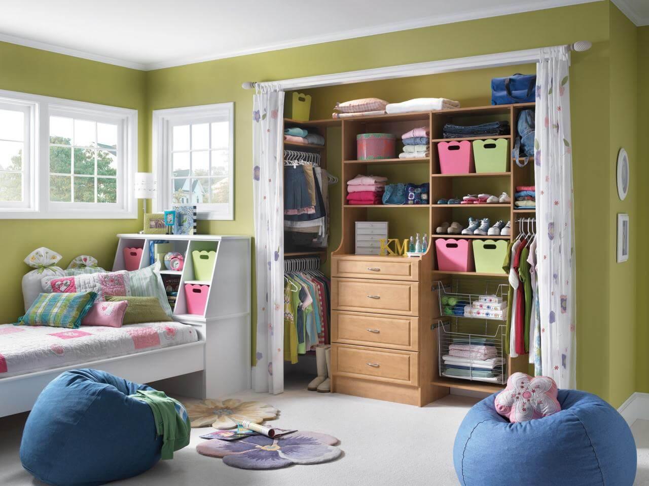 Closet fechado com cortina em quarto infantil
