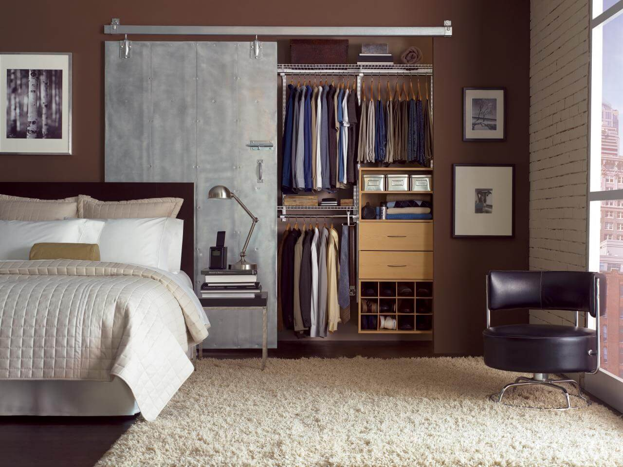 Closet pequeno para quarto de casal contemporâneo