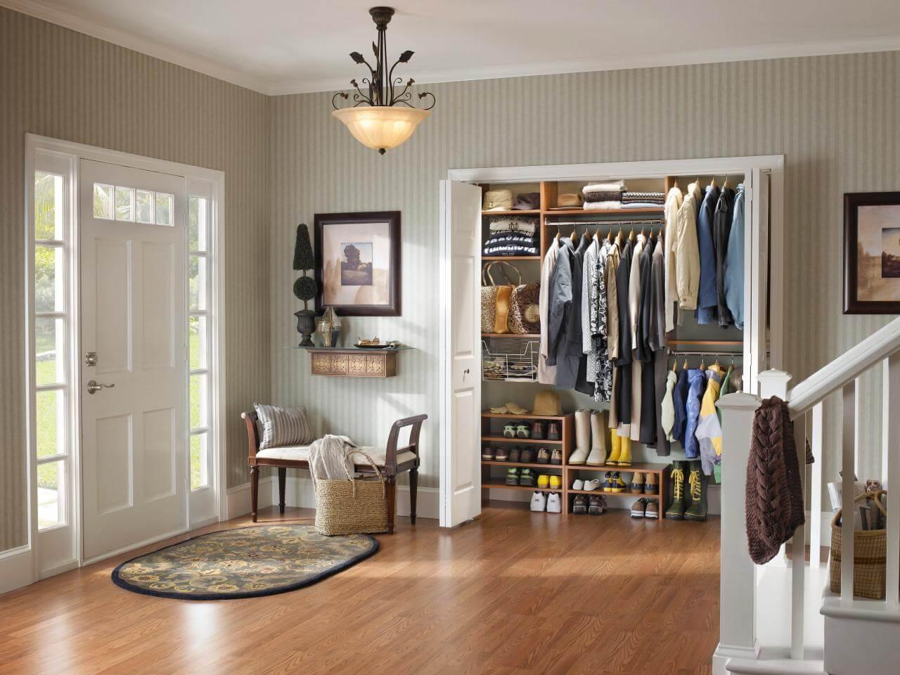 Closet pequeno no hall de entrada - para guardar casacos e chapeus