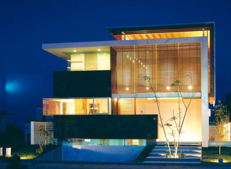 Fachada moderna de casa, toda de vidro e brises, ou seja, não-portante