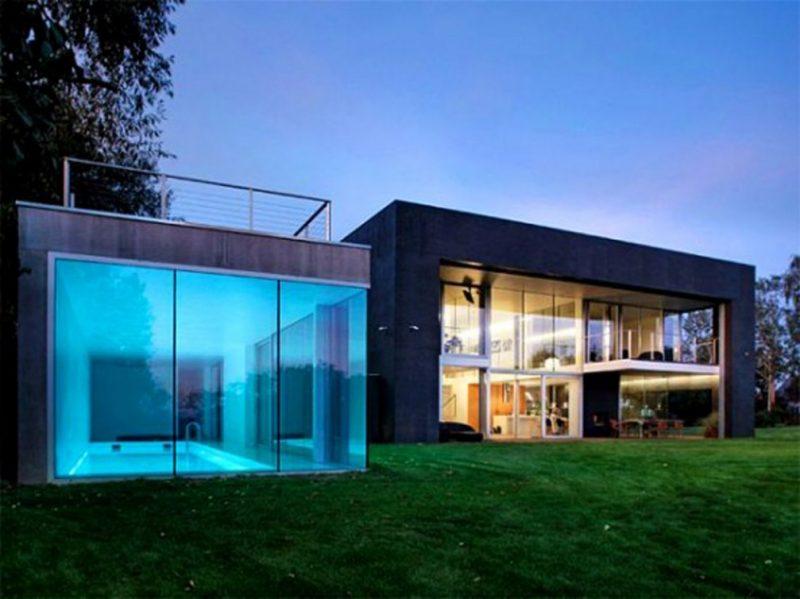 Fachada de casas contemporânea térrea com grandes planos de vidro