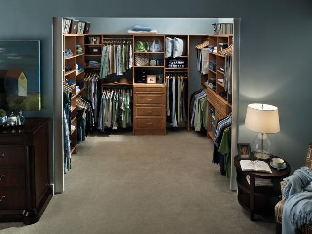 Closet walk-in aberto para o quarto