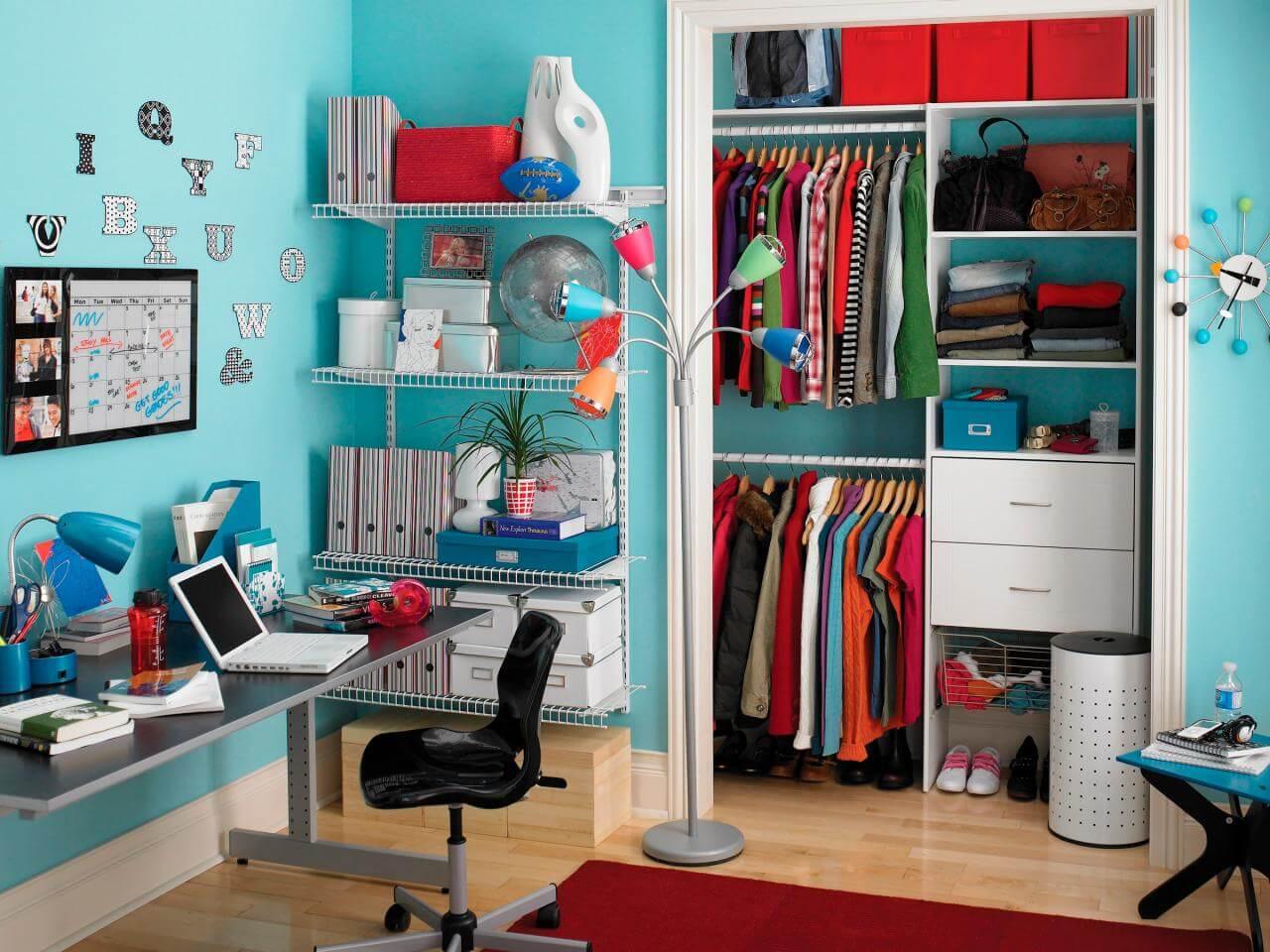 Closet pequeno em quarto de solteiro com decoração colorida