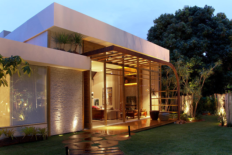 Bela casa de vidro moderna com platibanda para ocultar o telhado