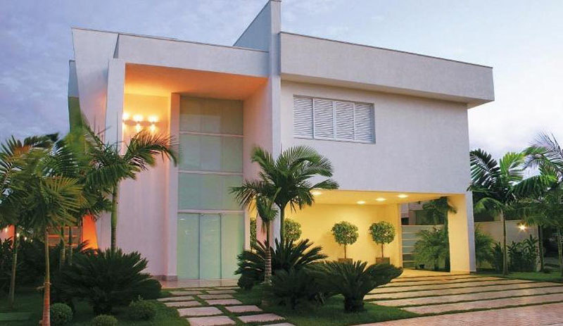 Platibanda em casa moderna de 2 pavimentos serve para ocultar o telhado