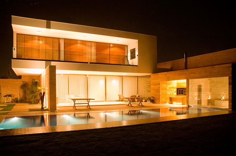 telhado embutido com platibanda baixa em projeto residencial de luxo