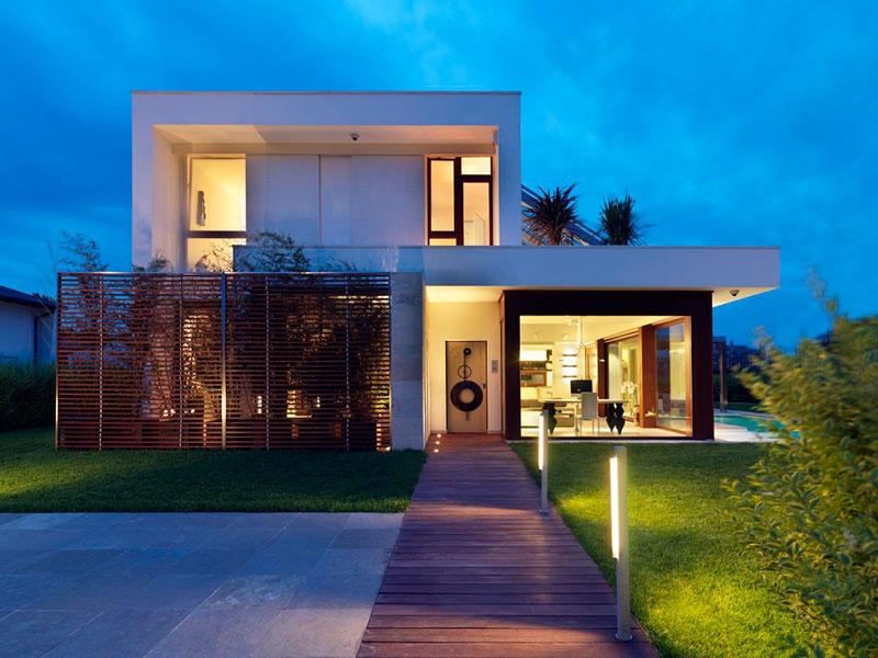 platibanda média para ocultar telhado residencial e casa de dois pavimentos