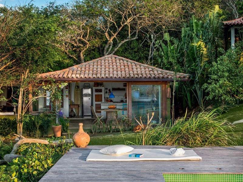 Casa na praia, em Búzios, com telhado pirâmide