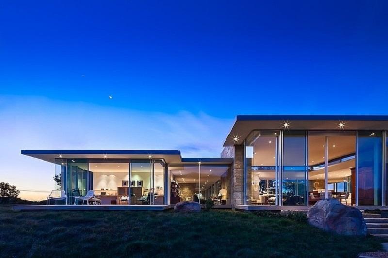 Bela residência de vidro com telhado plano na Califórnia