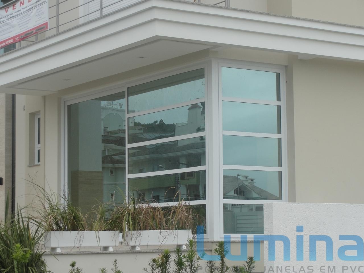 Esquadrias de canto de PVC em uma casa moderna de alto padrão