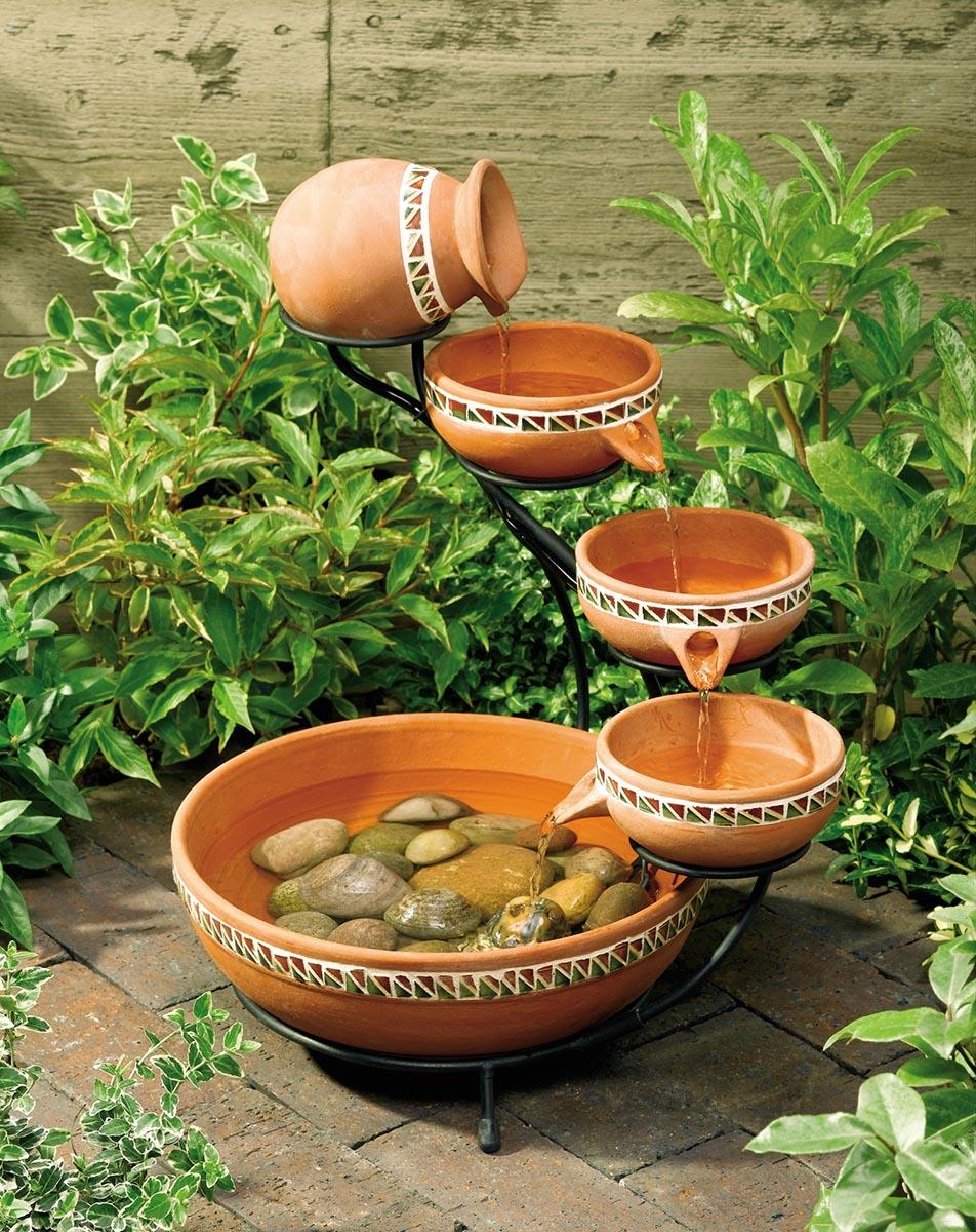 Fontes são também uma alternativa para criar um ponto focal no seu jardim pequeno