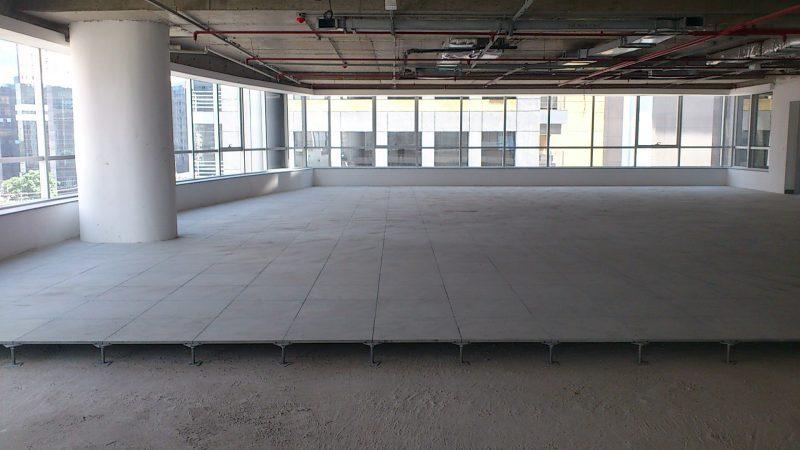 Acabamento do piso elevado de ardósia em prédio comercial
