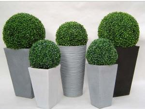 Arbustos artificiais para decoração de portas de entrada ou cantos da sala decorada