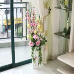 Arranjo de rosas artificiais e flores de cerejeira
