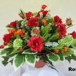 arranjo com rosas vermelhas artificiais, perfeitas para dar alegria a um ambiente
