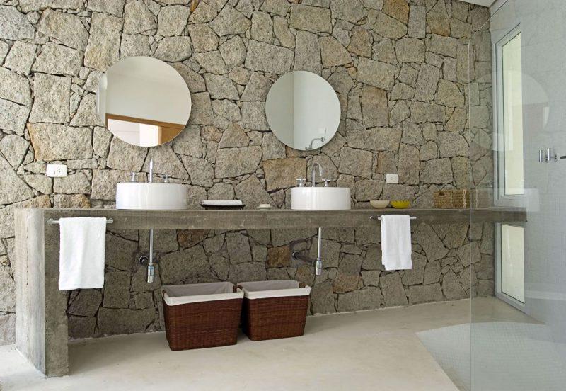bancada em concreto para banheiro de decoração rústica,porém moderna