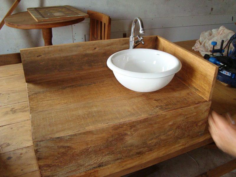 Bancada rústica de madeira com cuba de lavabo