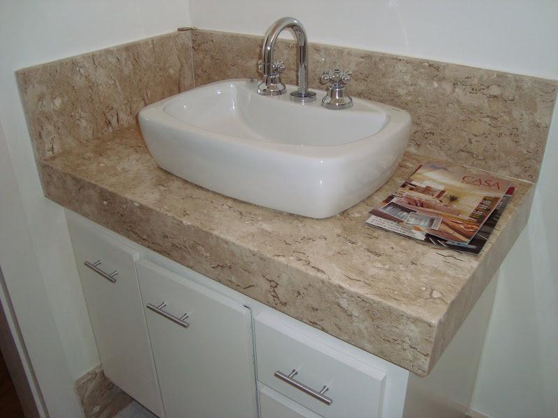 Bancada simples para banheiro feita em granito de cor clara