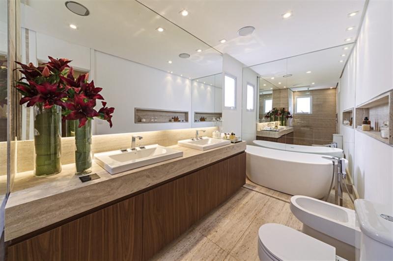 bancada em mármore para banheiro de casal sofisticado
