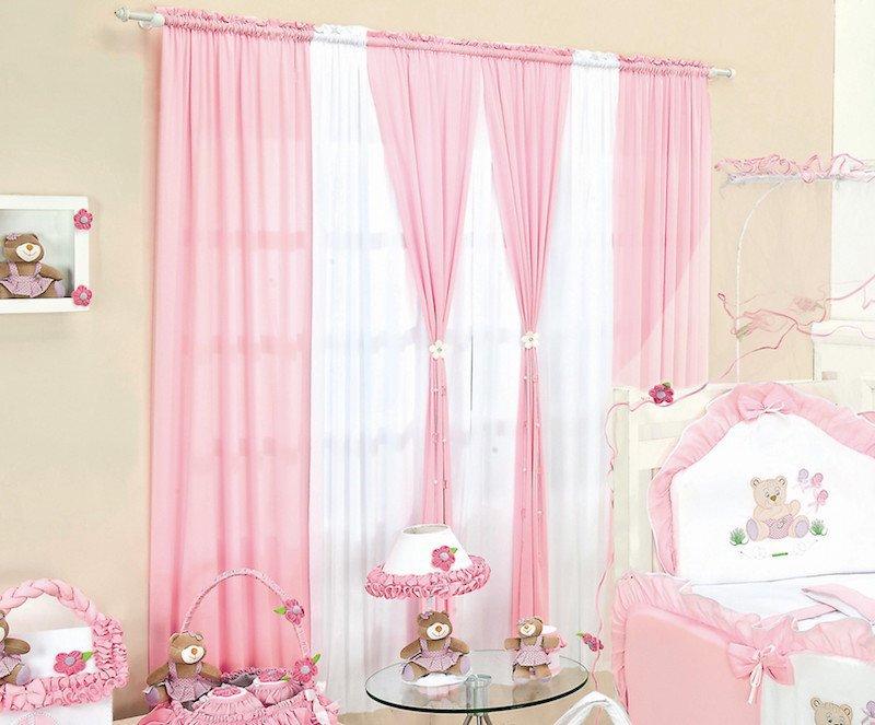 Cortina branca para quarto de bebê feminino com decoração rosa