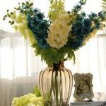 Lindas flores em vaso de vidro, formando um belo arranjo artificial para dar vida à sala