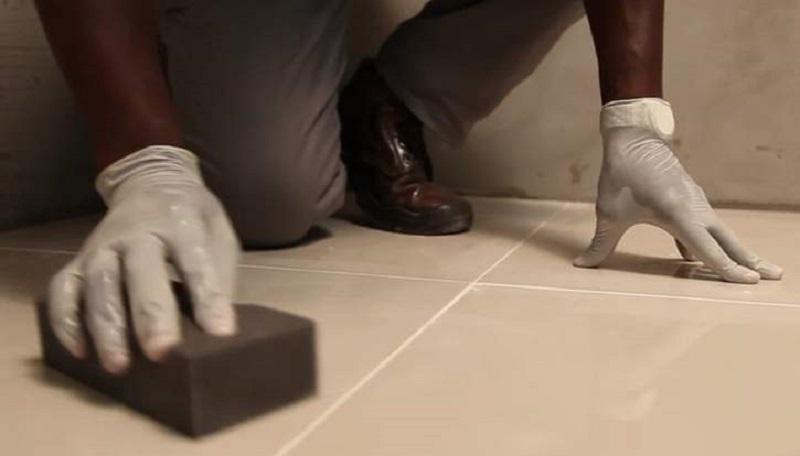 Limpeza do rejuntamento feita com uma esponja
