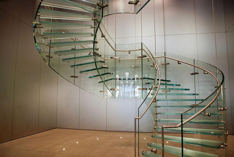 Escada caracol de vidro, para a sala com corrimãos em aço inox