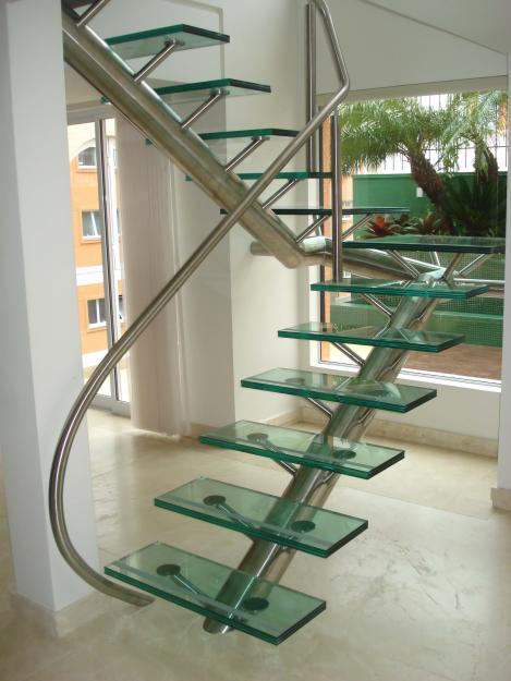 Escada em vidro temperado com vigas de sustentação em aço