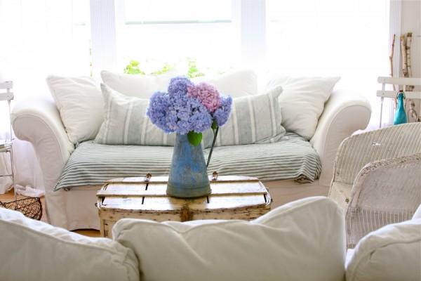 Vasinho de hortências muito bonito dá um toque singelo à decoração com tons claros
