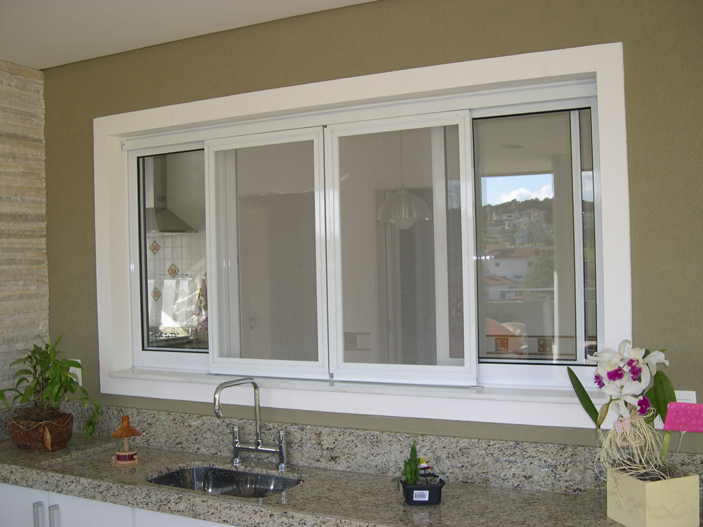O PVC é geralmente lembrado como um material barato e comum, mas pode criar belas esquadrias e janelas, como esta