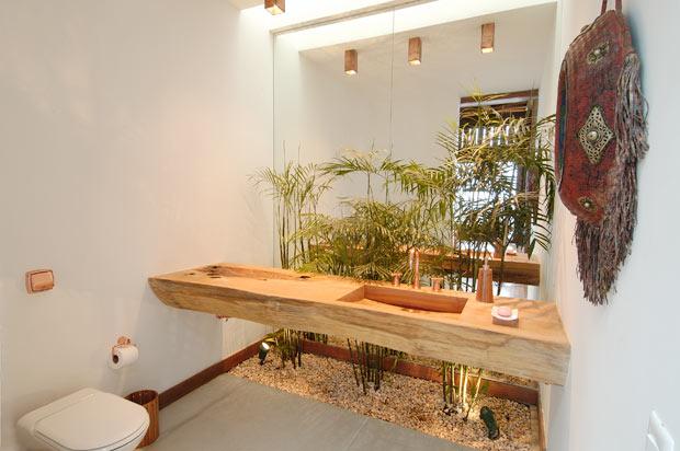 pequeno nicho de jardim de inverno atrás da bancada do banheiro