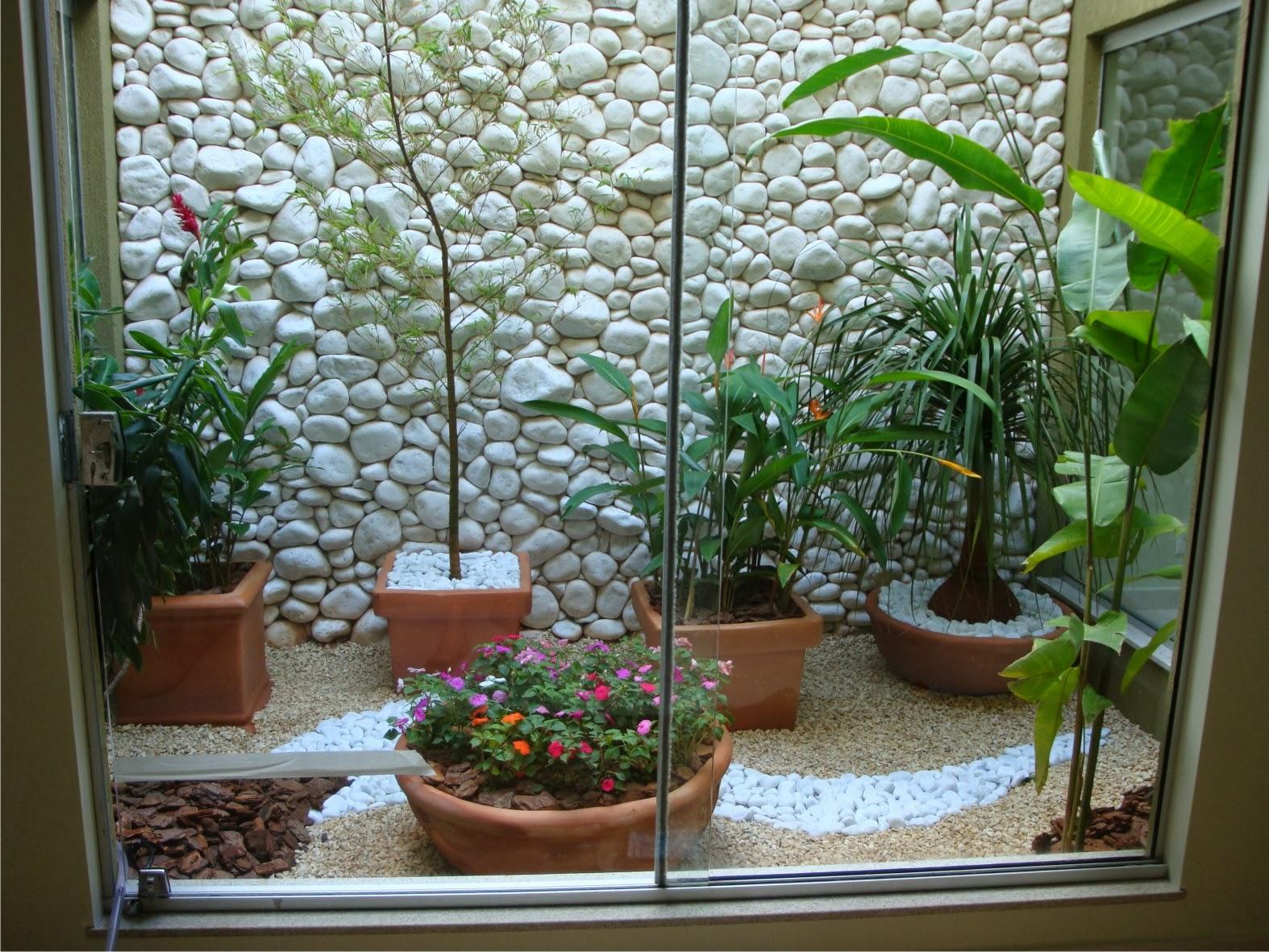 Jardim de inverno pequeno improvisado em um cantinho da casa com iluminação natural, dando mais vida ao ambiente